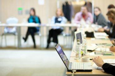 Workshop setting met laptop en studenten