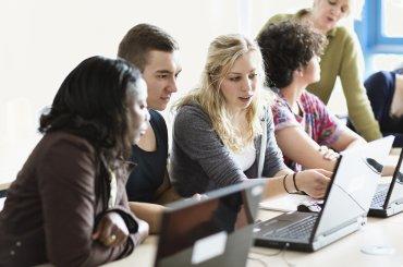Studenten aan het werk achter hun laptop