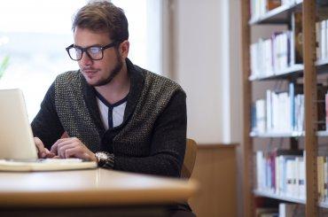 Student aan het werk op een laptop