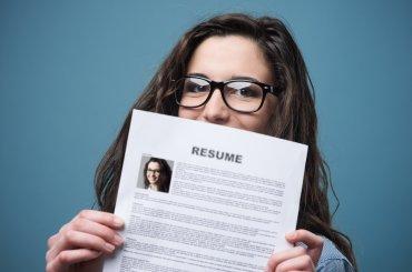 Student die CV omhoog houdt