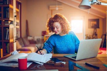 Student thuis aan het werk op laptop