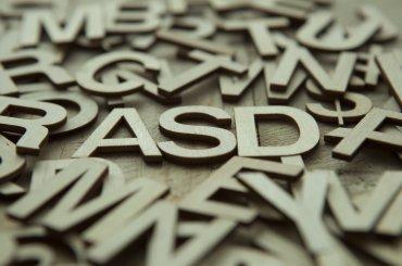 Losse letters in het midden ASD gespeld