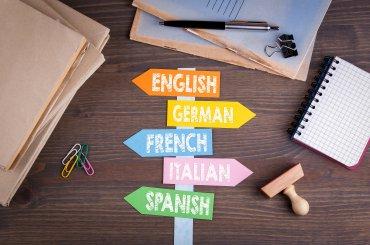 Bewegwijzering met verschillende talen