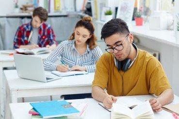 Meerdere studenten aan het werk in een werkcollegezaal