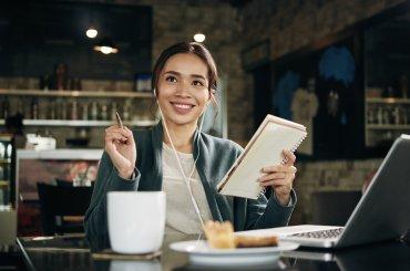 jonge vrouw in cafe achter laptop