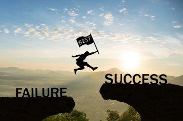 persoon springt over kloof van falen naar succes