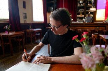 Student aan het schrijven in Parnassos
