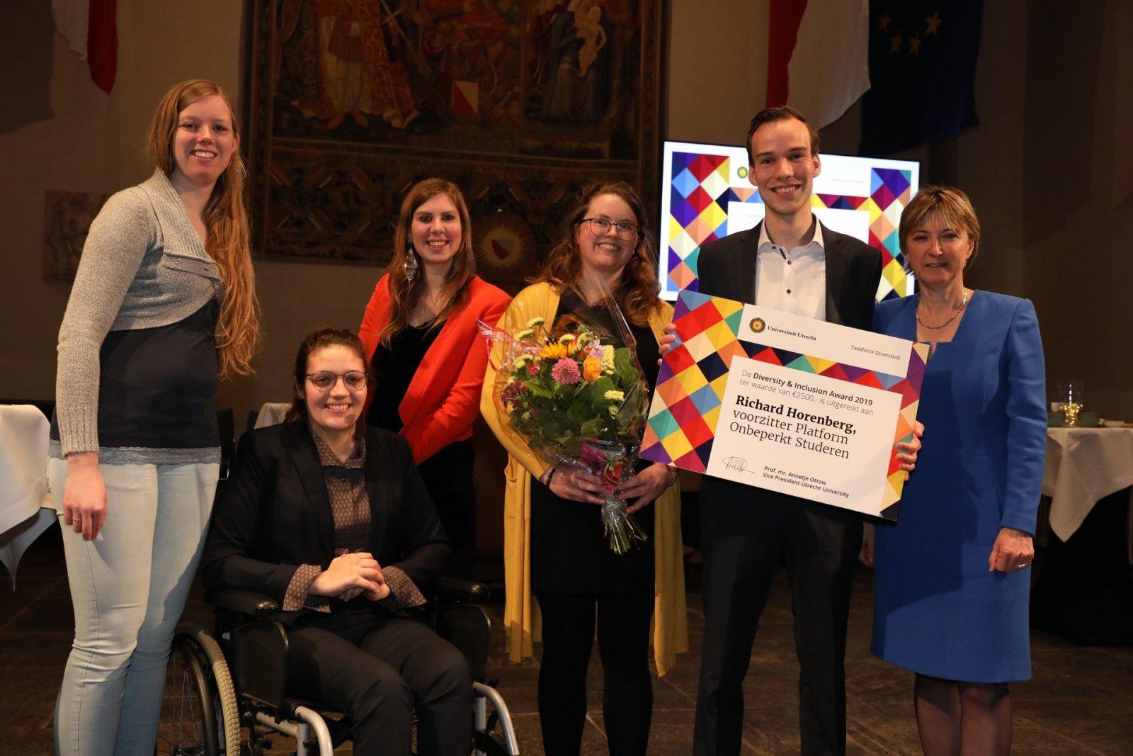 Platform Onbeperkt Studeren en vicevoorzitter Annetje Ottow tijdens de uitreiking van de Diversity & Inclusion Award 2019