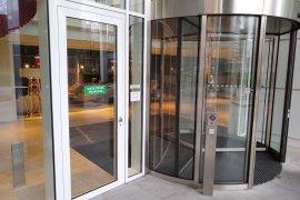 The doors of the main entrance of Newtonlaan 201.