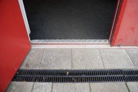 Het kleine drempeltje van de hoofdingang, ongeveeer 3 centimeter hoog.