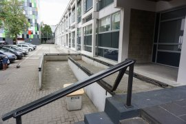The wheelchair ramp of the alternative entrance of the Marinus Ruppert building, seen from Leuvenplein