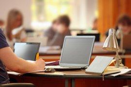 Student typt op laptop