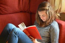 Meisje aan het lezen