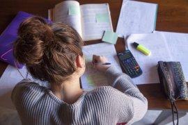 student maakt huiswerk