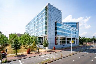 Overzichtsfoto van het hoge kantoorgebouw Newtonlaan 201.