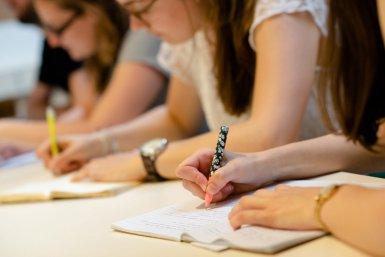 Studenten aan het schrijven in een groep bij Parnassos