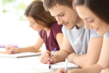 Drie studenten aan het werk (schrijven)